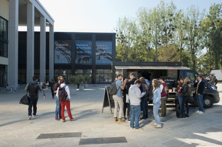 Le Carré des sciences et ses foodtrucks - Quartier de Moulon ©Contextes